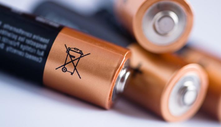 4 baterías de duracell con el icono de seguridad que recuerda al uso responsable y la eliminación adecuada