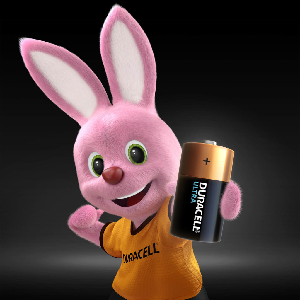 Bunny tenant une pile Duracell Alkaline Ultra C